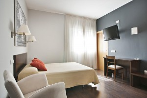 Cheap hotels in Madrid. Hostal T4 next to Madrid airport.