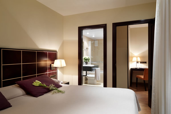 hotel-coloso-rooms-and-bathroom